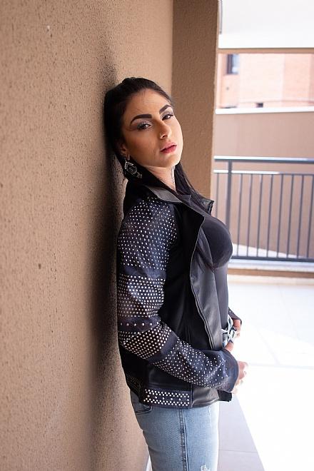 Jaqueta de couro com jeans
