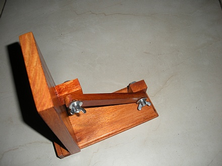 Suporte de mesa para smartphone articulado cor mogno