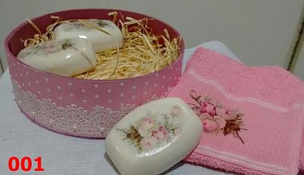 Caixinha com 3 sabonetes e 1 toalhinha